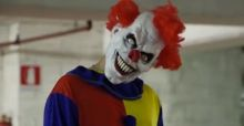 VIDEO: Killer Clown Scare Prank! - Horror-Clown erschreckt Passanten